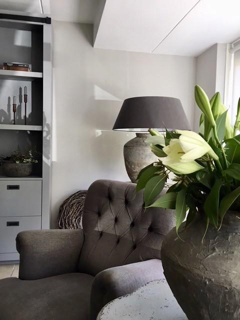 Kruik met bloemen fauteuil kruiklamp landelijk klassiek