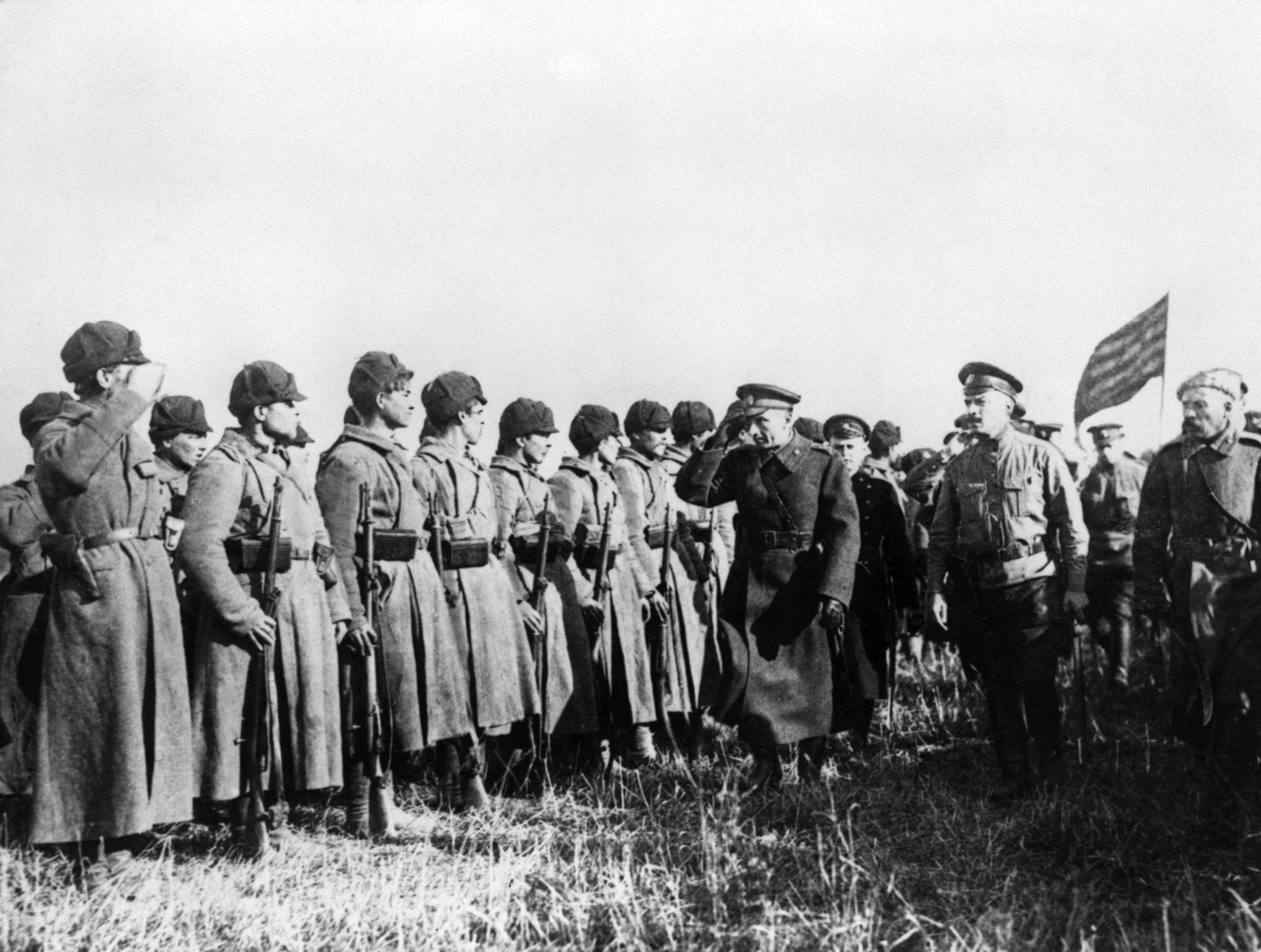 Адмирал Колчак среди солдат на фронте