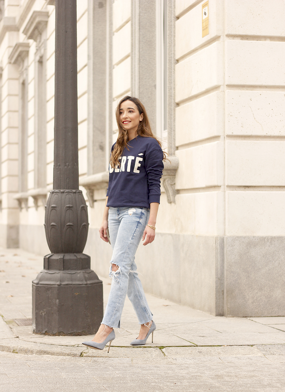 Sweatshirt ripped jeans clavin klein white bag high heels street style outfit 20193