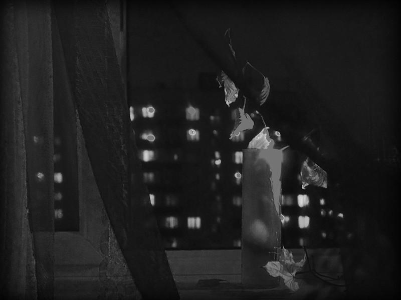 Сходит за окном её с ума сломанный ветер (М. Карасев)
