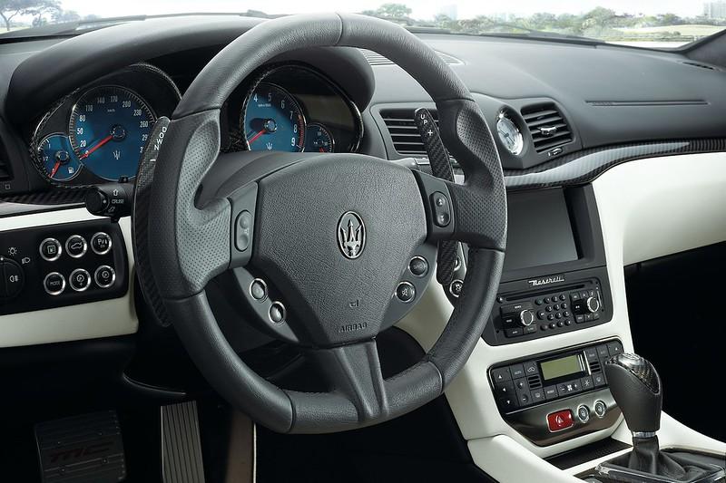 2013-Maserati-GranTurismo-Sport-dash-steering-wheel-view
