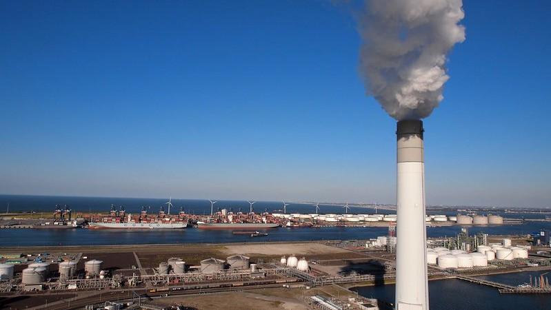 荷蘭鹿特丹近郊Maasvlakte工業區新完工的燃煤電廠煙囪與遠方風機遙相呼應。|Photo Credit: 賴慧玲攝影