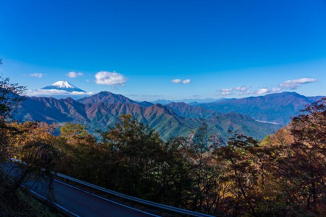 下に林道菅野盛里線、、ここも良い景色