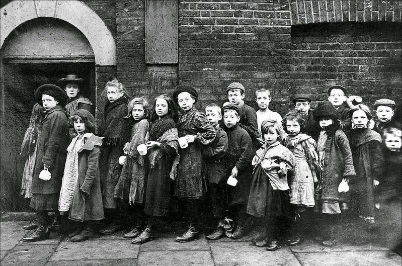 Lao động trẻ em chờ nhận phần ăn trong thời kỳ cách mạng công nghiệp tại Anh