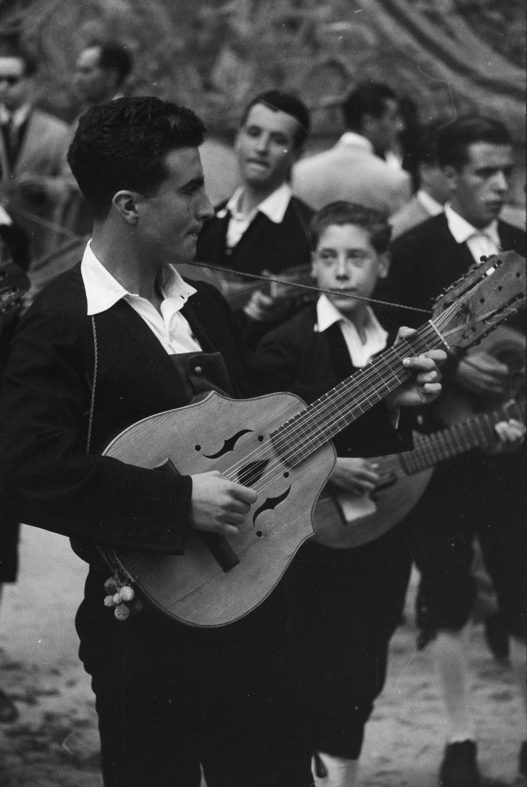 Tocando el laúd en el Corpus de 1955 junto a la catedral de Toledo © ETH-Bibliothek Zurich