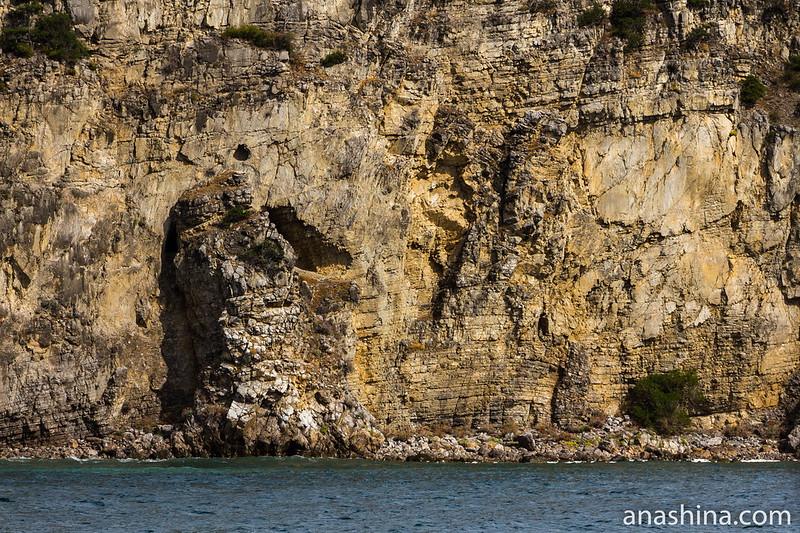 Прибрежные скалы мыса Мартьян, Крым