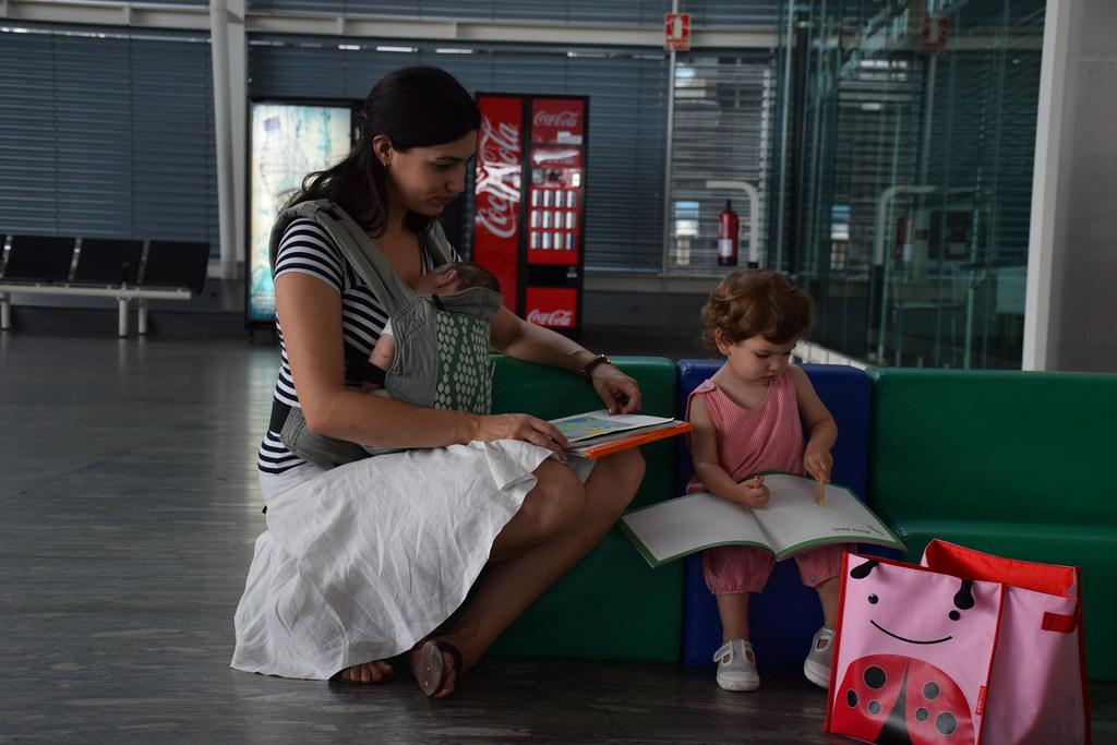Leyendo con Eva en el aeropuerto de Zaragoza