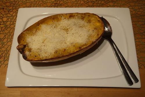 Spaghettikürbis mit Butter und Parmesan (meine Hälfte bereit zum Essen)