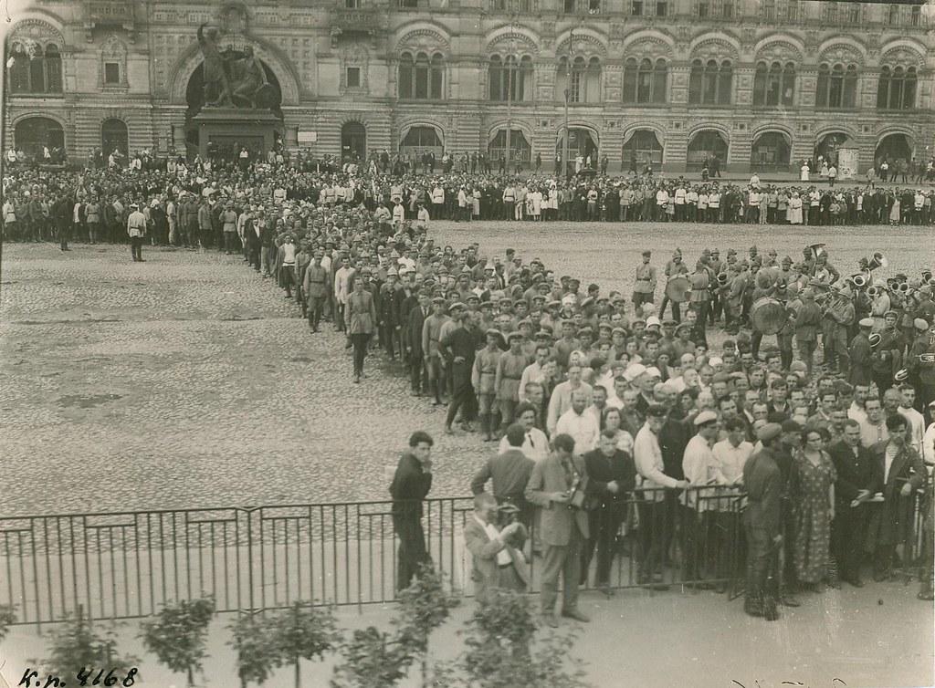 Перенесение знамени Парижской Коммуны 1871 г. в Мавзолей В.И. Ленина. 1 августа 1924
