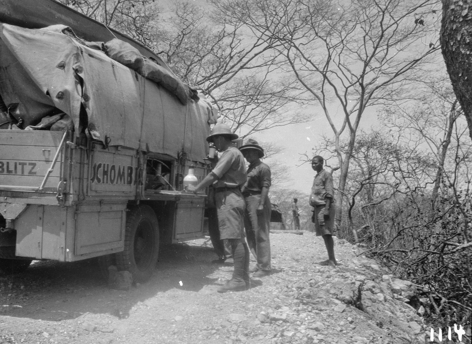 1114. Лундази. Участники экспедиции отдыхают возле грузовика