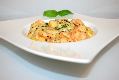 34 - Gnocchi & shrimps in garlic parmesan cream sauce - Side view / Gnocchi mit Shrimps in Knoblauch-Parmesan-Sahnesauce - Seitenansicht