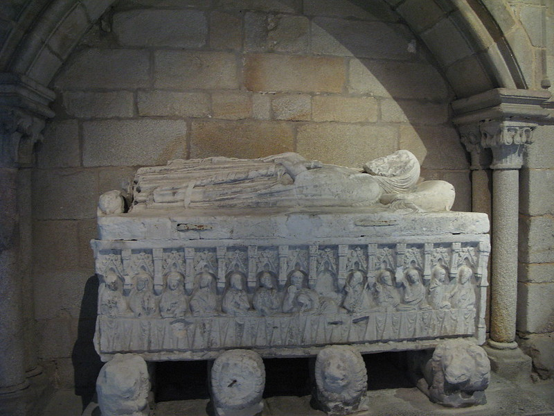 1280px-PortoCathedral-GothicTomb
