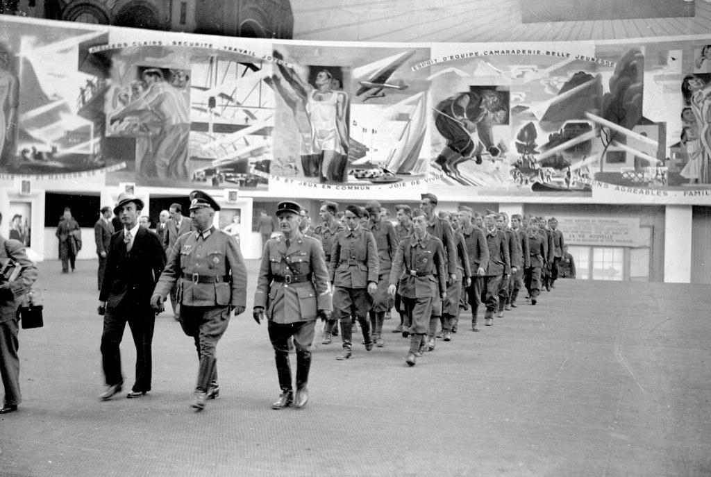 1942. Члены легиона французских добровольцев осматривают выставку «La Vie nouvelle». Париж, Гран Пале, июнь