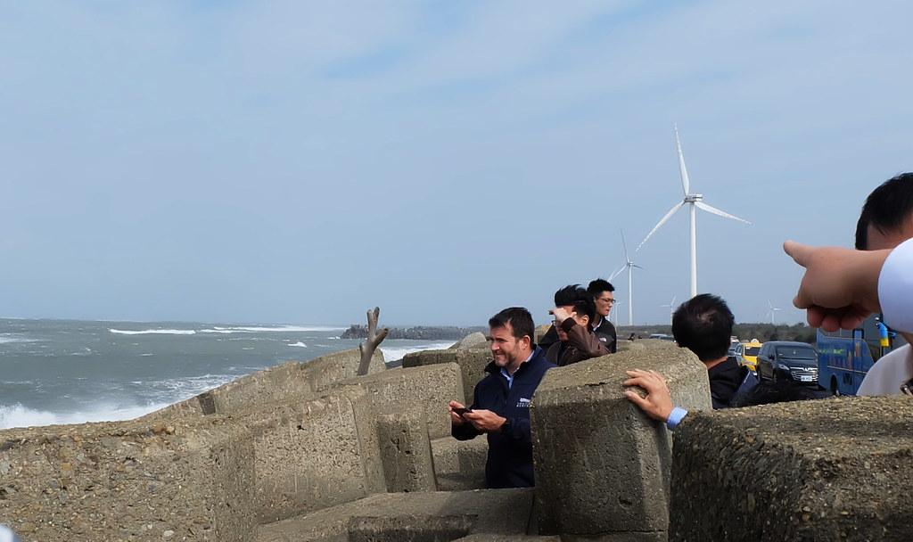 海纜從彰濱工業區經防波堤海底下方進到陸地,此處為彰化北廊道。(右側為陸域風機)攝影:陳文姿
