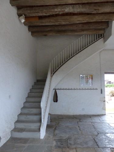 Sames, Pyrénées-Atlantiques: sous le porche de l'église de l'Assomption-de-la-Bienheureuse-Vierge-Marie, en partie du XIV°.
