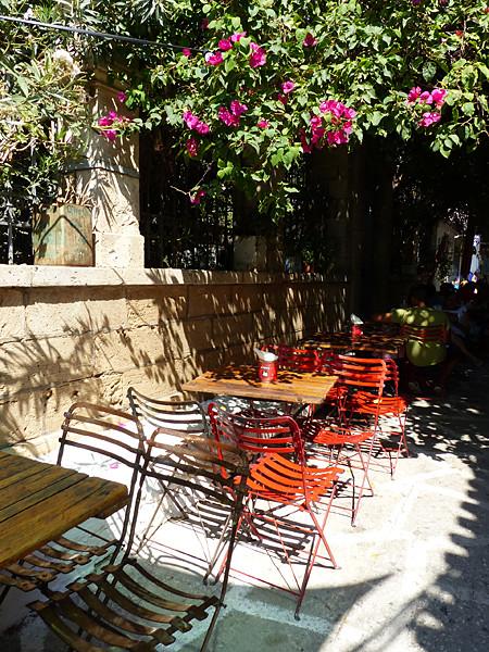 chaises rouges et fleurs roses