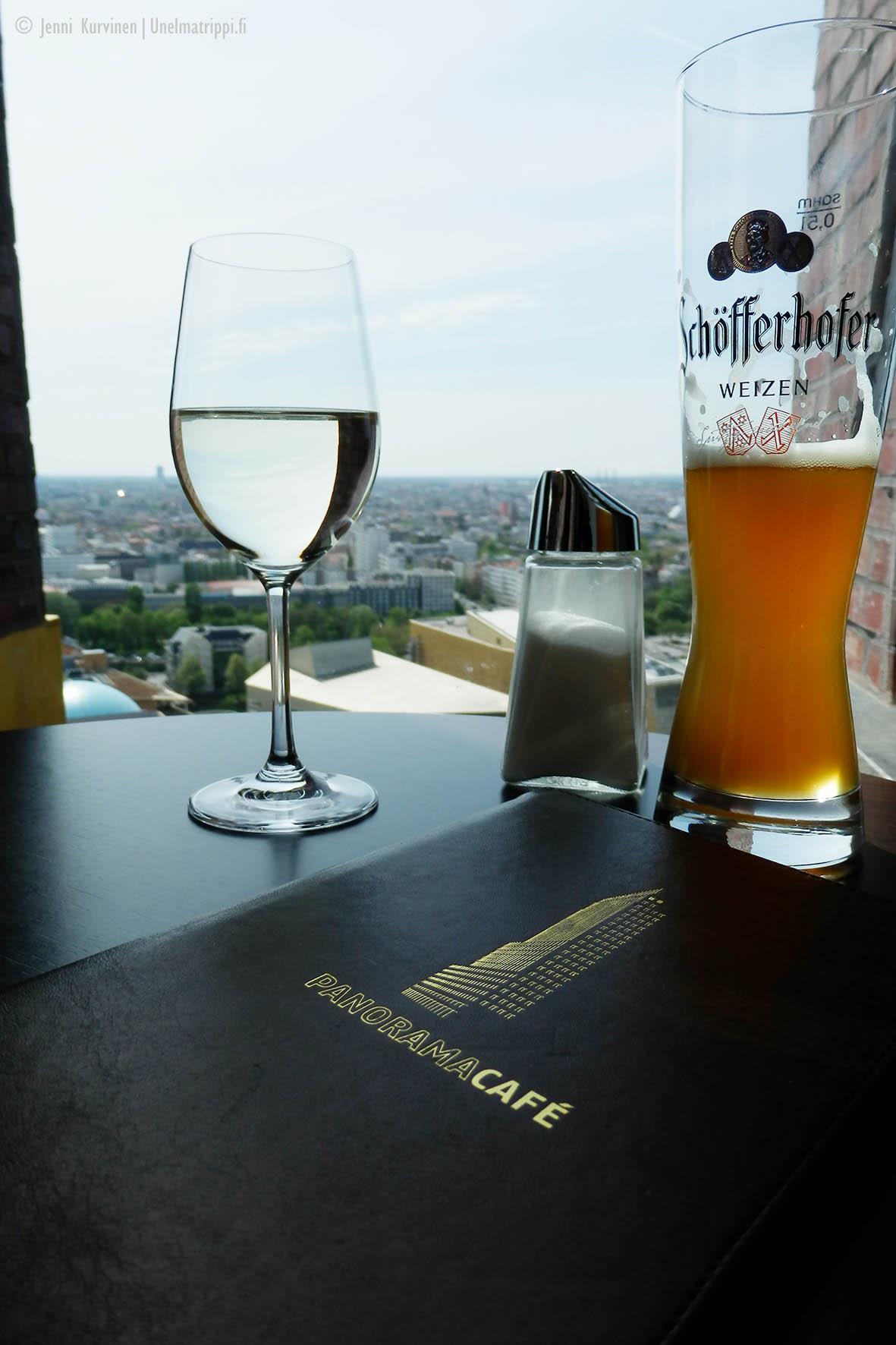 Panoramapunktin näköalabaarissa oluella ja viinilasillisella
