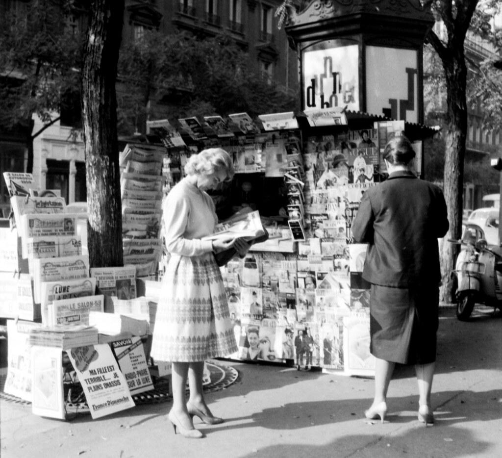 Бульвар Сен-Жермен, газетный киоск на углу улицы л'Ансьен Комеди