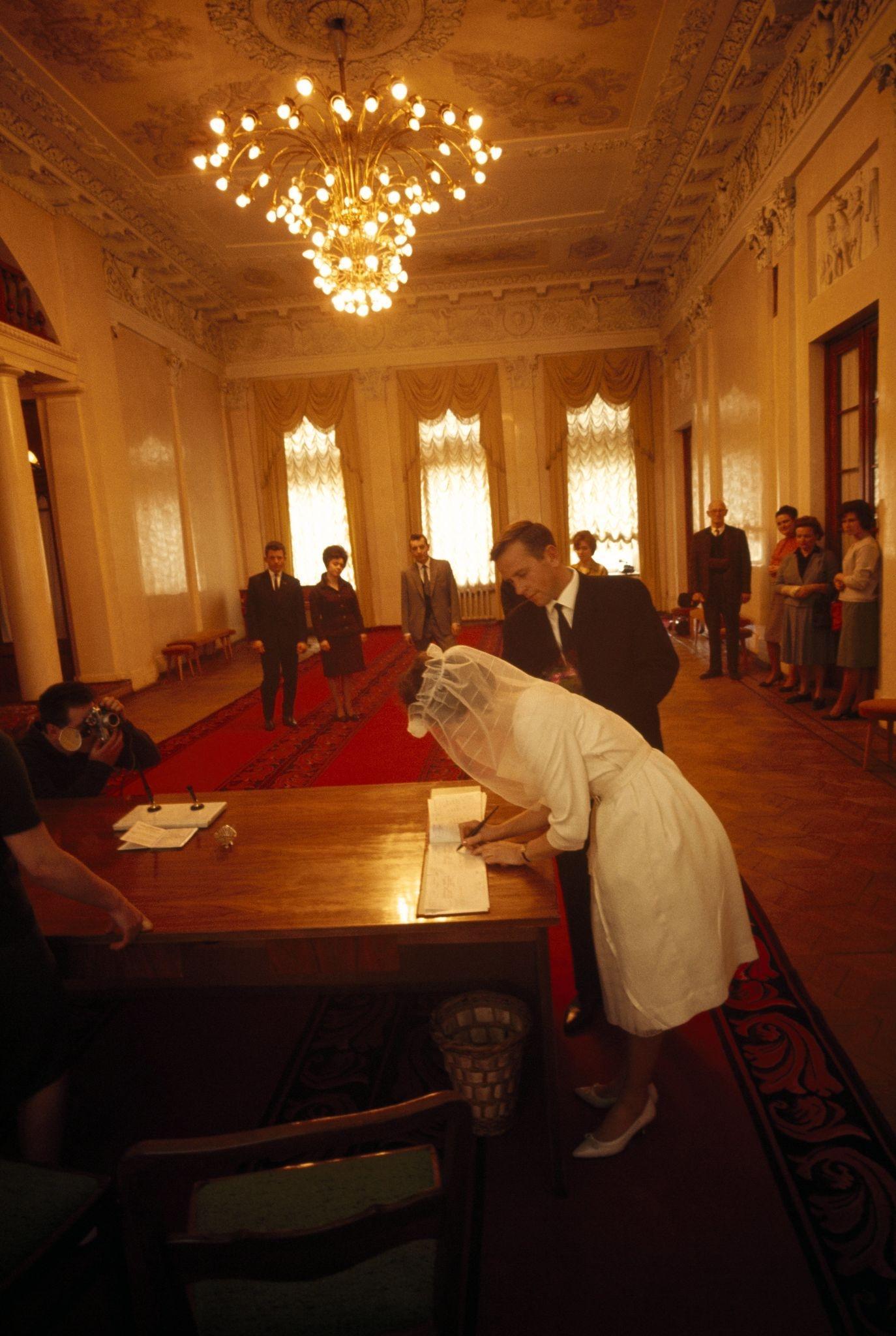 1964. Невеста подписывает бухгалтерскую книгу в богато украшенном Дворце бракосочетания