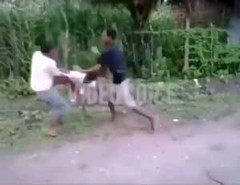 Dude get in and out of a fight without doing anything | VIDEO