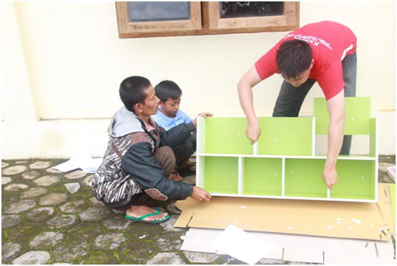 Pembuatan rak lemari untuk pojok baca di Vihara Eka Sasana Surya, Temanggung.