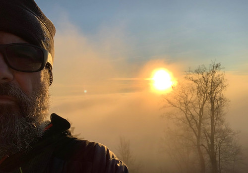 iphone xr iphoneography selfie me uetliberg sunrise sun winter weihnachten weihnachtstag sonnenaufgang fog nebel mist zurich zürich switzerland schweiz suisse svizzera svizra europe wanderung hiking randonnée escursione ©toniv 2018 181225 julbo