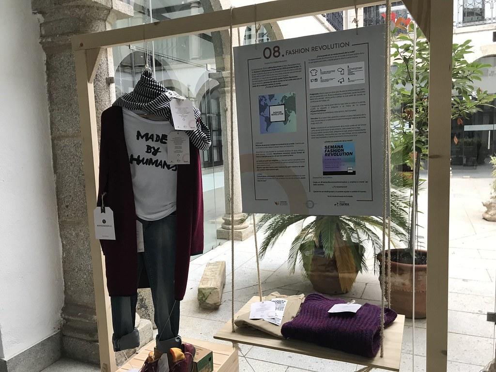 Exposición de moda sostenible en el claustro del Ayuntamiento