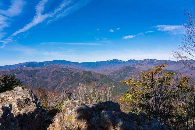 展望台の岩場と奥秩父の山々