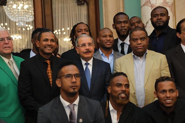 """Danilo Medina entrega Bandera Nacional a Estrellas Orientales: """"Bateen por 51 años y traigan la copa a República Dominicana"""""""