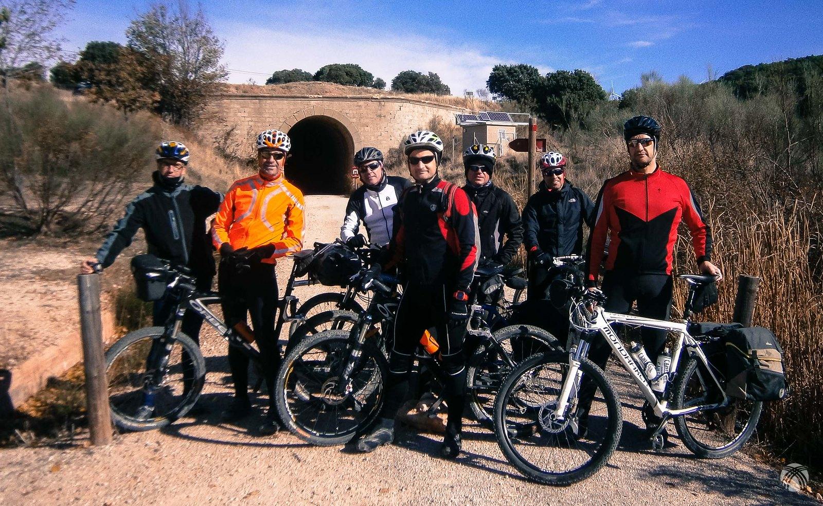 El grupo en uno de los túneles de la vía verde