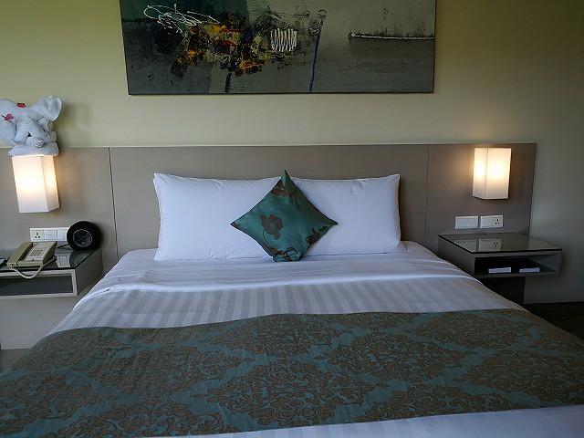 <p>ベッドルームキングサイズのベッド</p>