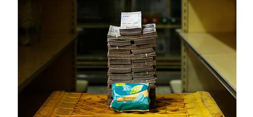 女性的必需品衛生棉,一包要價350萬玻利瓦,民生物資短缺,造成230萬人被迫逃離家園淪為經濟難民,委國的崩潰經濟更蔓延至鄰近國家。