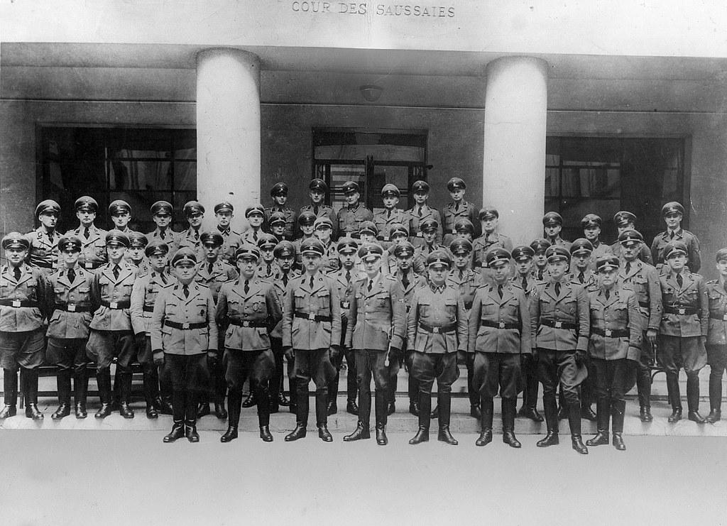1944. Служащие французского гестапо у здания своей штаб-квартиры