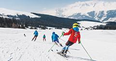 Děti lyžují ve Švýcarsku zdarma