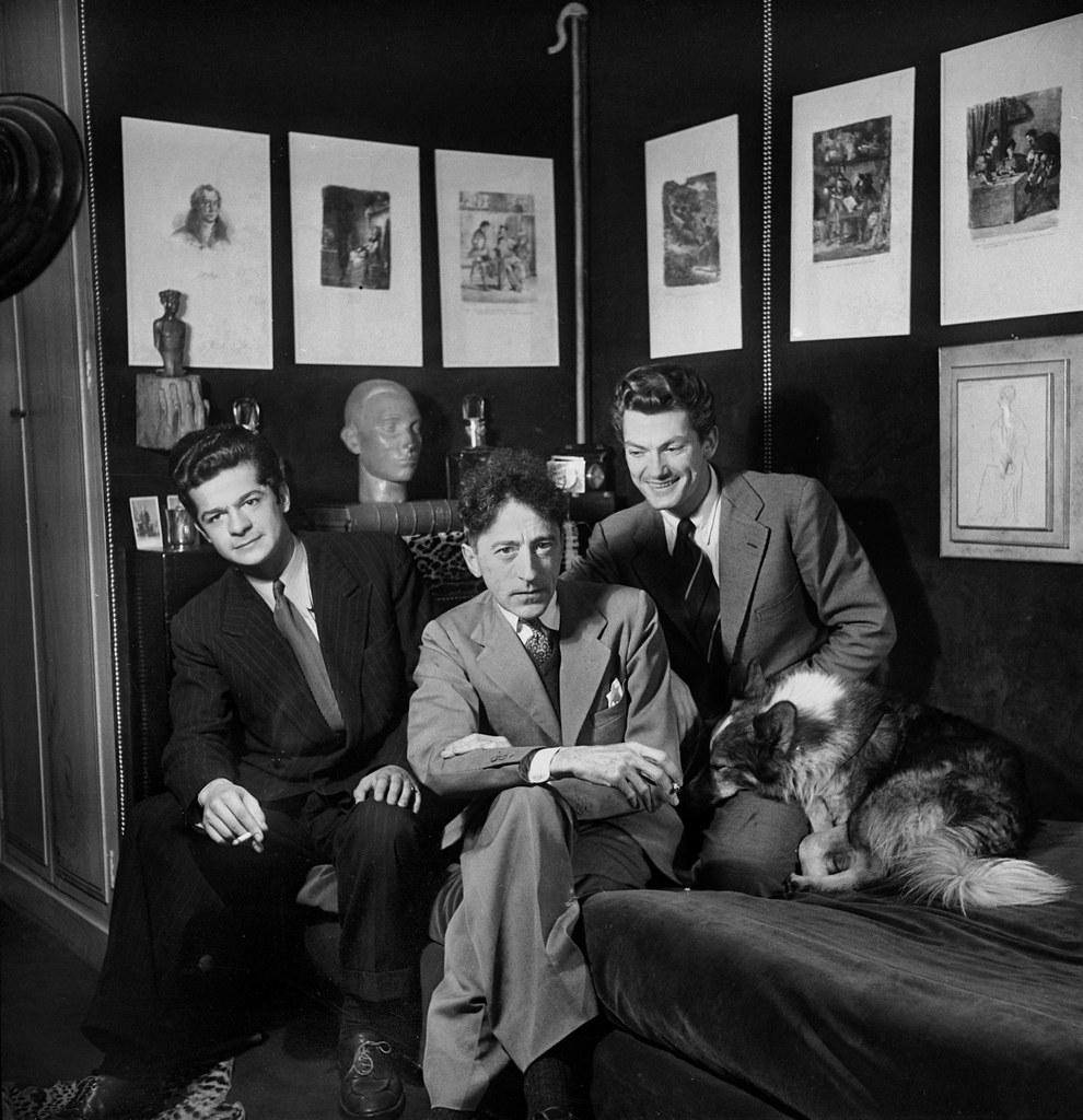 1941. Жан Кокто вместе с Сержем Реджани и Жаном Марэ в своей квартире в Пале-Рояле. Париж, сентябрь