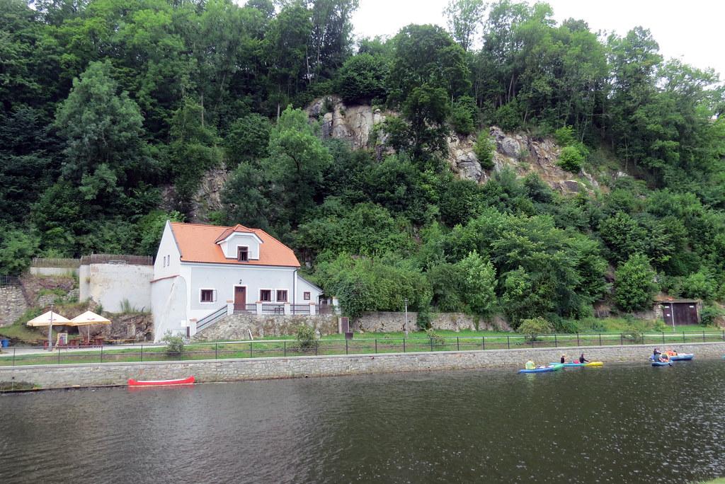 Туристы сплавляются на байдарках по Влтаве