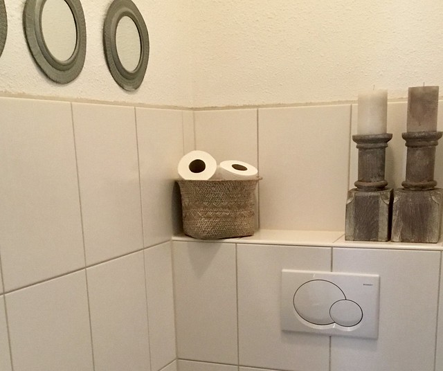 Toiletrollen in mand balusterkandelaars