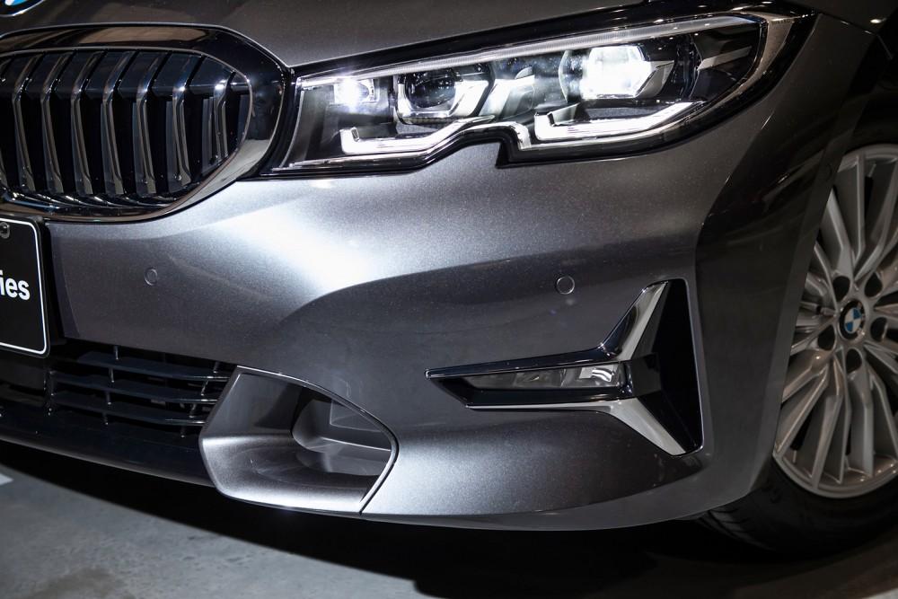 [新聞照片三] 全新世代BMW 330i Luxury 源自航太設計元素,以NACA Duct造型的前保桿T型側下氣壩