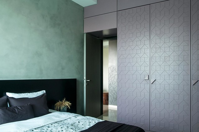 Contrasting textures and colors in this bedroom : veneer on veneer wardrobe