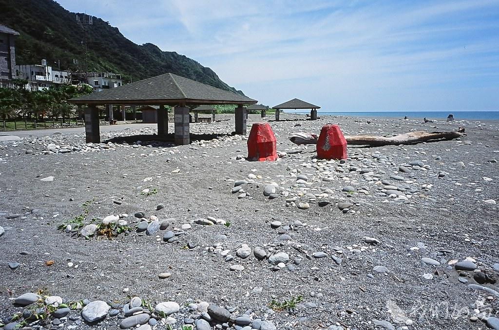 984-1-12 2008年 花蓮鹽寮漁港上的涼亭等景觀建築遭沙掩埋。
