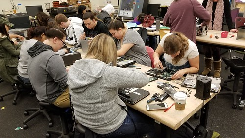 Tinkering Night in ECE 452 - Making for Educators