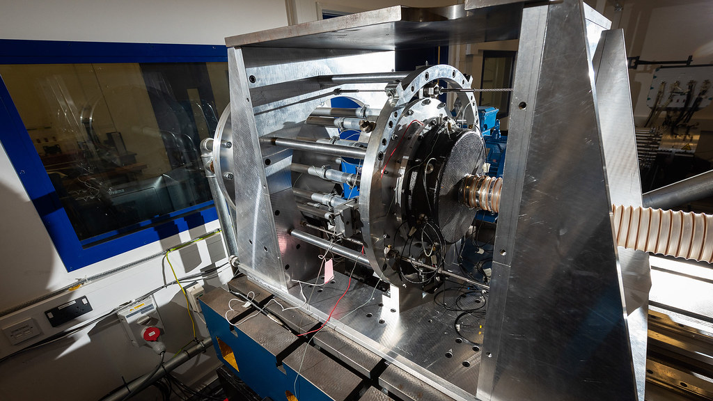 Test facility for characterising the performance of high-speed shaft seals