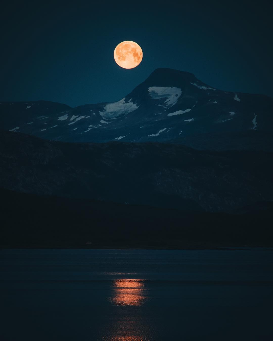 Огромная кровавая луна