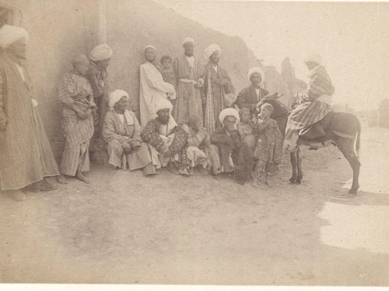 Чарджуй. Группа просителей возле дворца бека