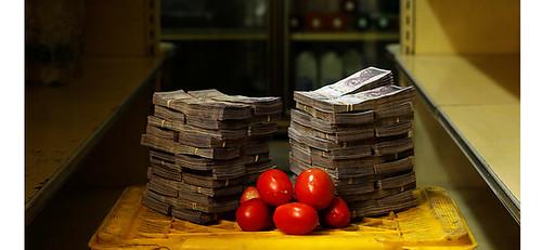 1公斤的番茄,則需花費500萬玻利瓦。當地物價平均每26天翻一倍,馬杜洛於是推出新貨幣「最高玻利瓦」,並把舊的「強玻利瓦」貶值10萬倍。
