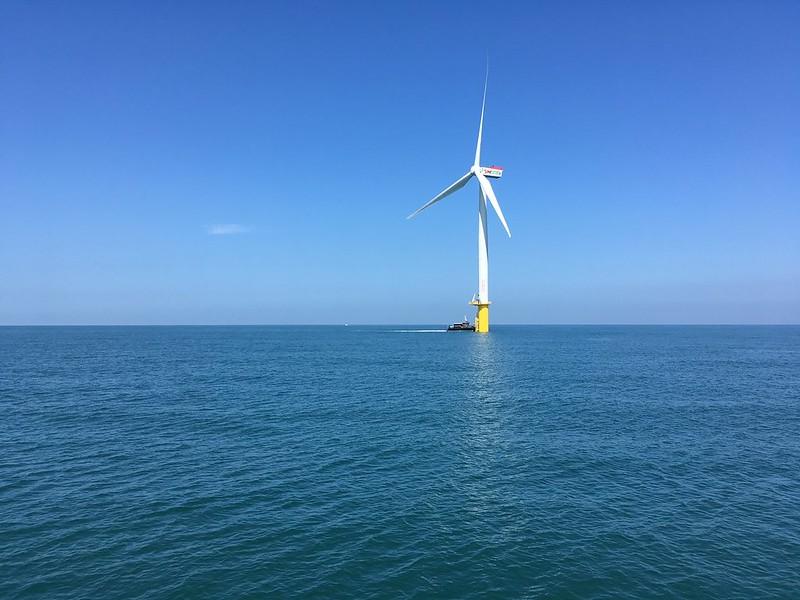 位於苗栗外海的離岸風機。潘佳修攝。