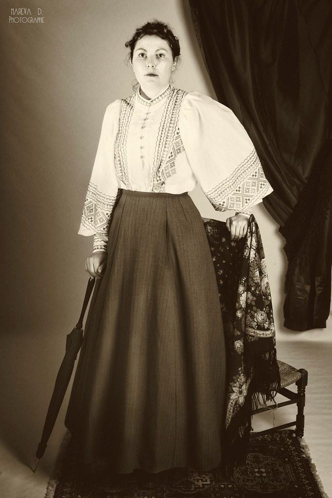 Portrait avec blouse brodée