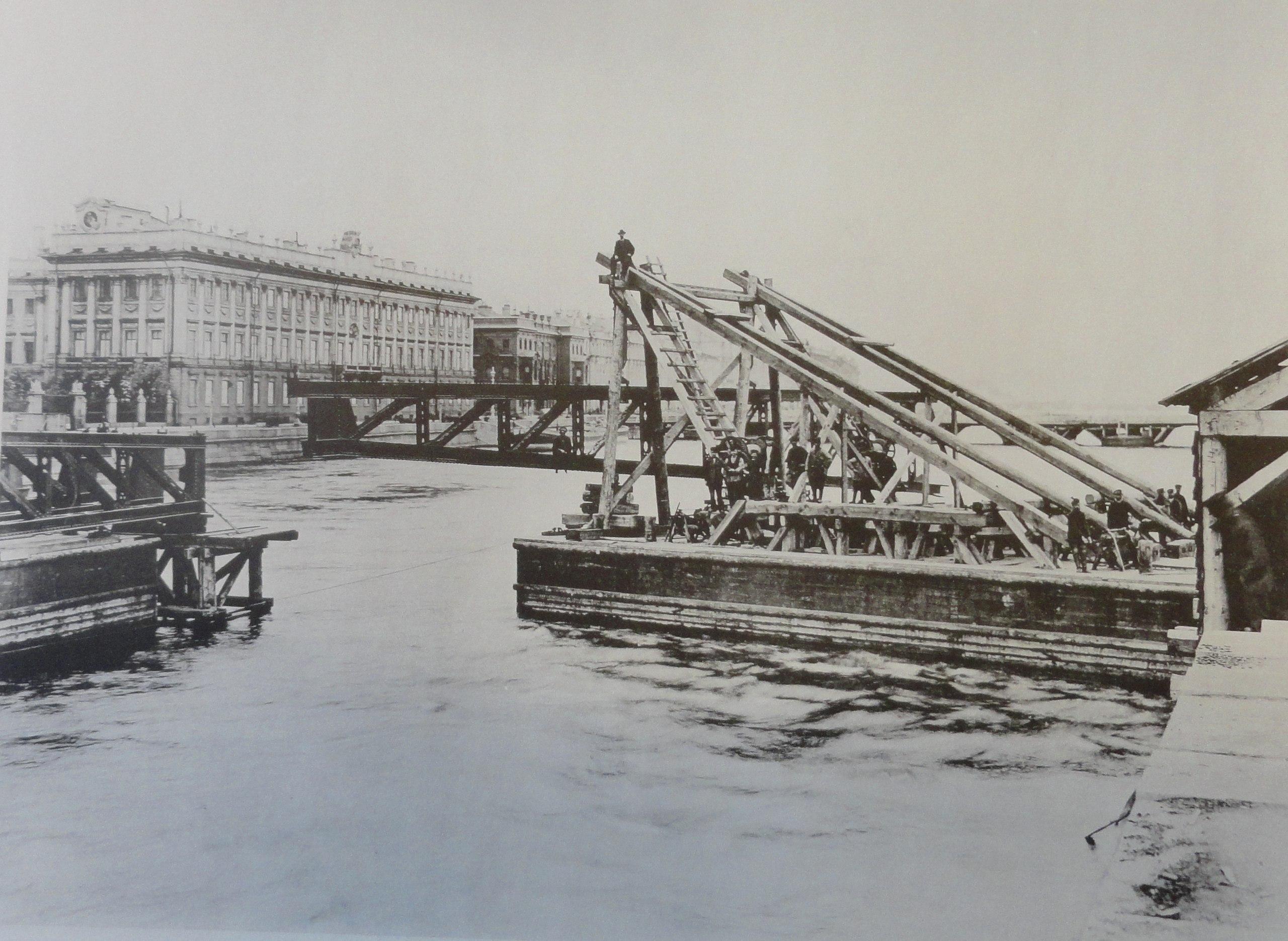 1901. Перевозка крайней трети фермы поворотного моста. Июнь