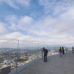 洛城市中心摩天高廈不多,唯一的高樓觀景台有如鶴立雞群,360度景觀一覽無遺盡收眼底! 【浪遊旅人】https://ift.tt/1zmJ36B #backpackerjim #OUE #skyspace #downtown #losangeles #usa #america