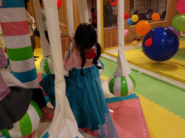 拖著ELSA披風也要玩旋轉球@遊戲愛樂園大直ATT店水果公園